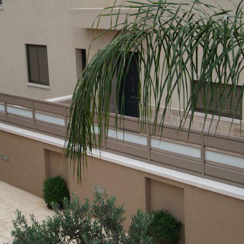 גדרות-גדר אלומיניום בשילוב זכוכית מחוספסת