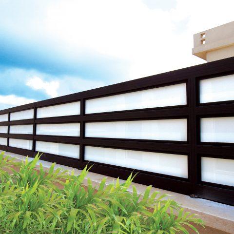גדרות-גדר אלומיניום בשילוב זכוכית חלבית